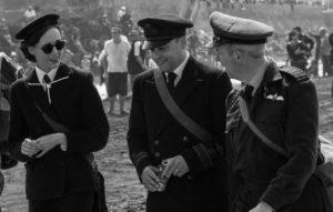 Militaires en tenue epoque sur plage Arromanches