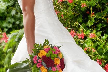 Mariée devant roses